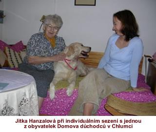 Jitka Hanzalová při individuálním sezení s jednou z obyvatelek Domova důchodců v Chlumci